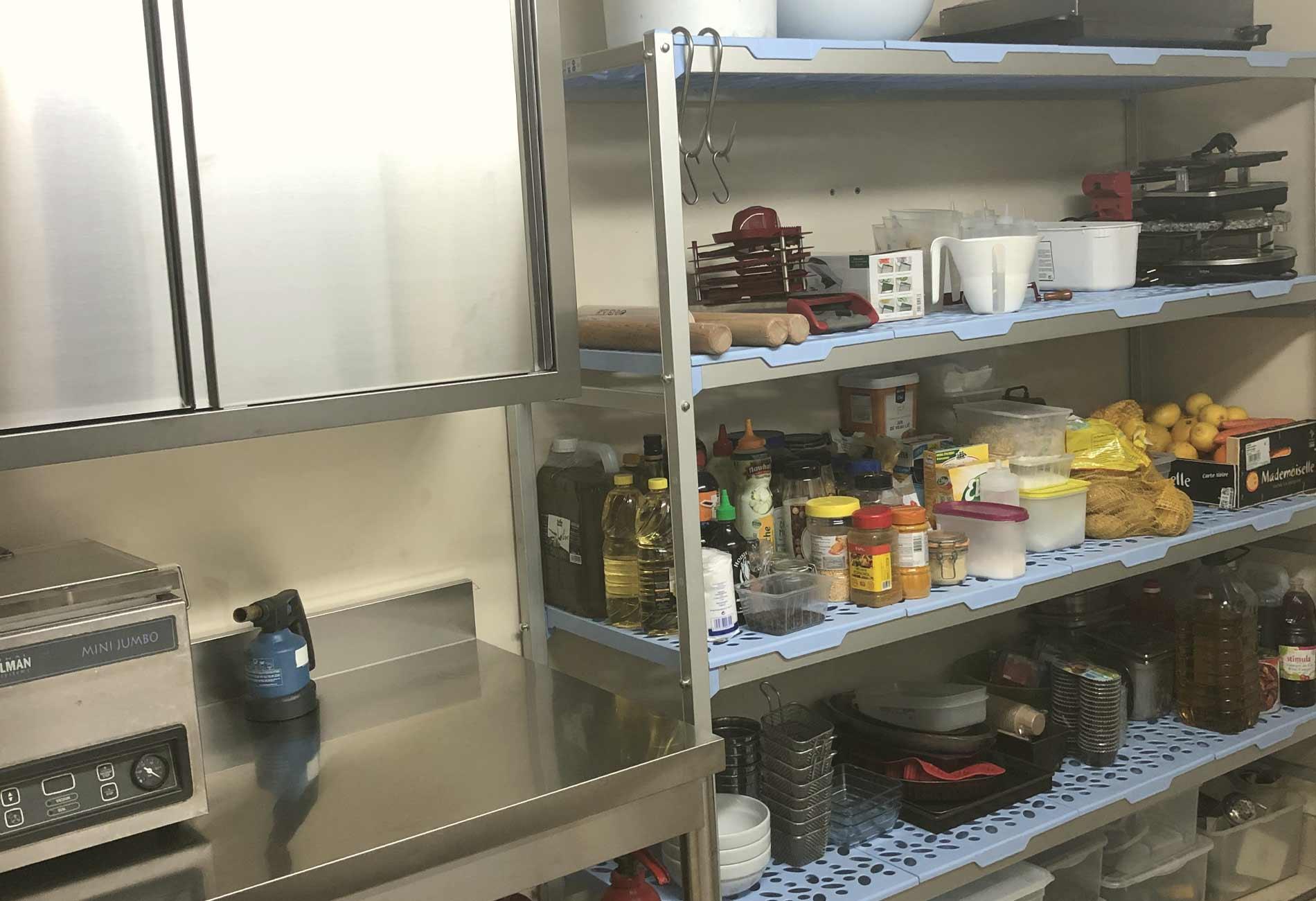 Zone de stockage et décartonnage en cuisine professionnelle