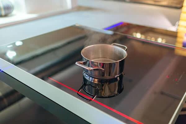Fourneau professionnel à induction avec plaque SCHOTT CERAN® ultra résistante